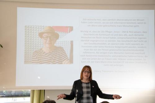 04 queerAltern Caring-Community-Workshop-2019 Gastreferentin-Dr-Dana-Mahr ©S.Meier gestaltungskiosk.ch